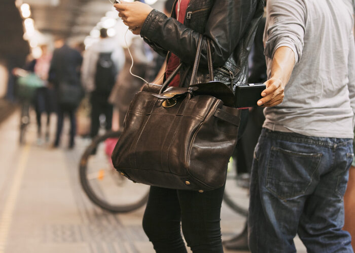 pickpocket Europe travel scams.