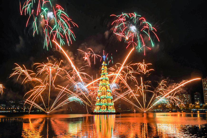 Fireworks during the inauguration of christmas tree rodrigo de freitas lagoon