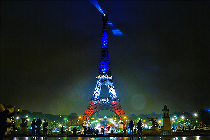 Eiffel tower lit up for the nightime light show