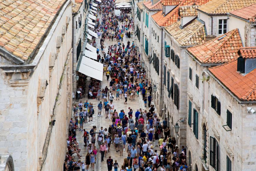 Venice italy crowds on a bridge.