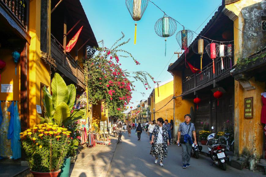 street tourists hoi an vietnam