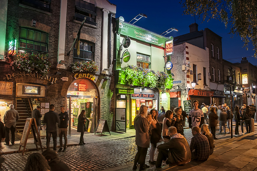 Nightlife at popular historical part of the city - Temple Bar quarter in Dublin